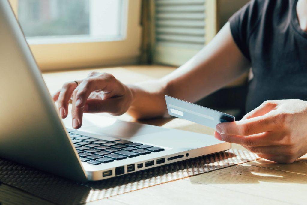 Personne effectuant un achat en ligne