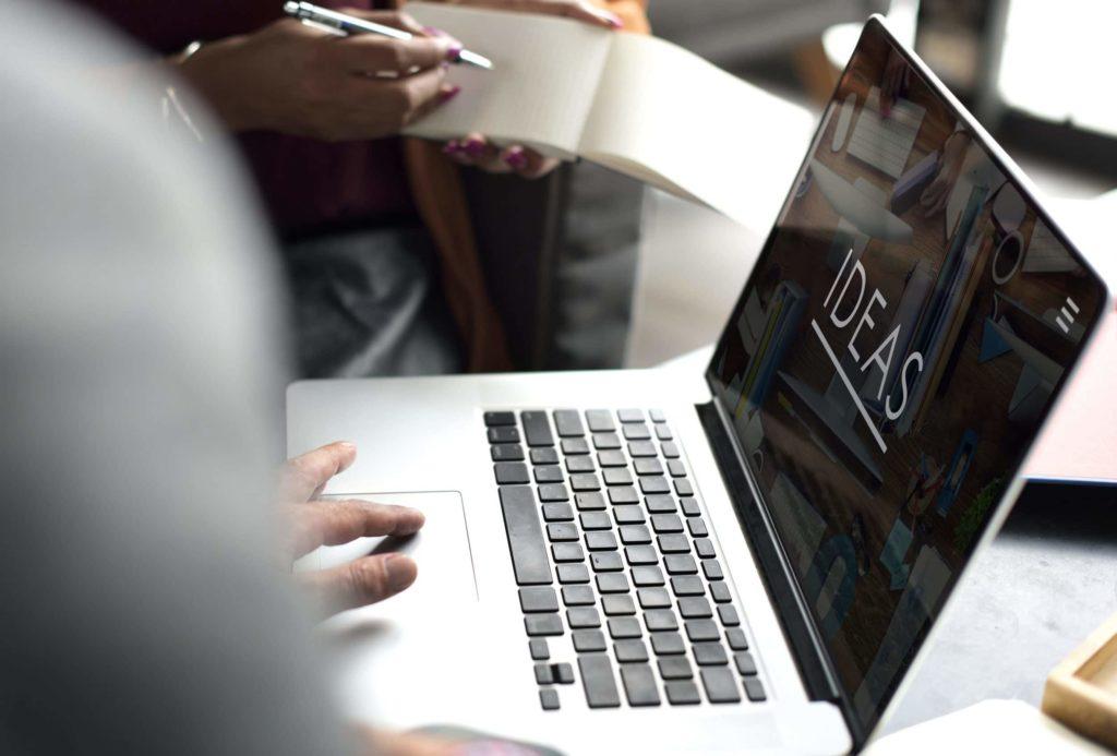 Macbook avec le mot idée en plein écran