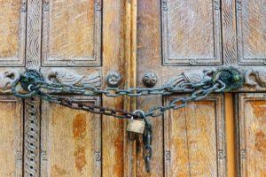 Cadenas qui verrouille une porte
