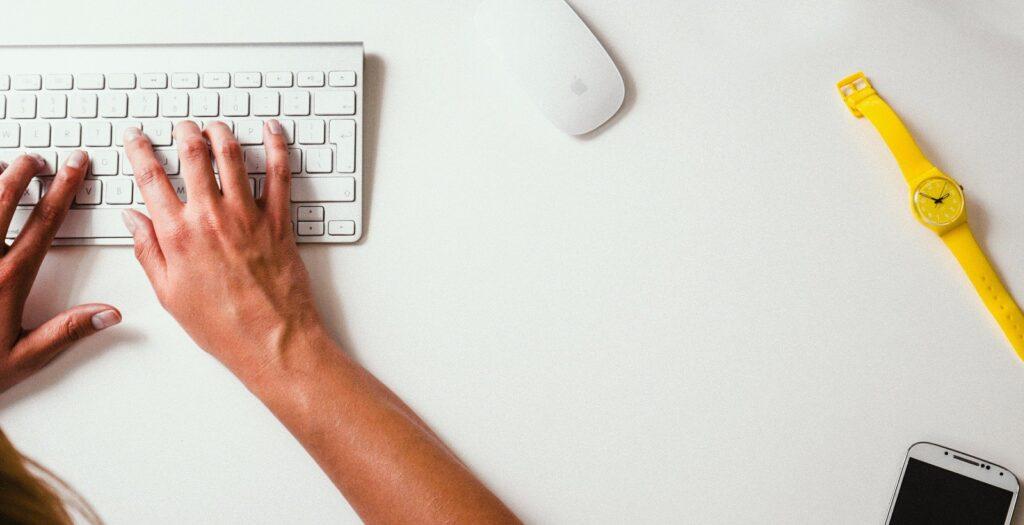 mains en train d'écrire sur un clavier