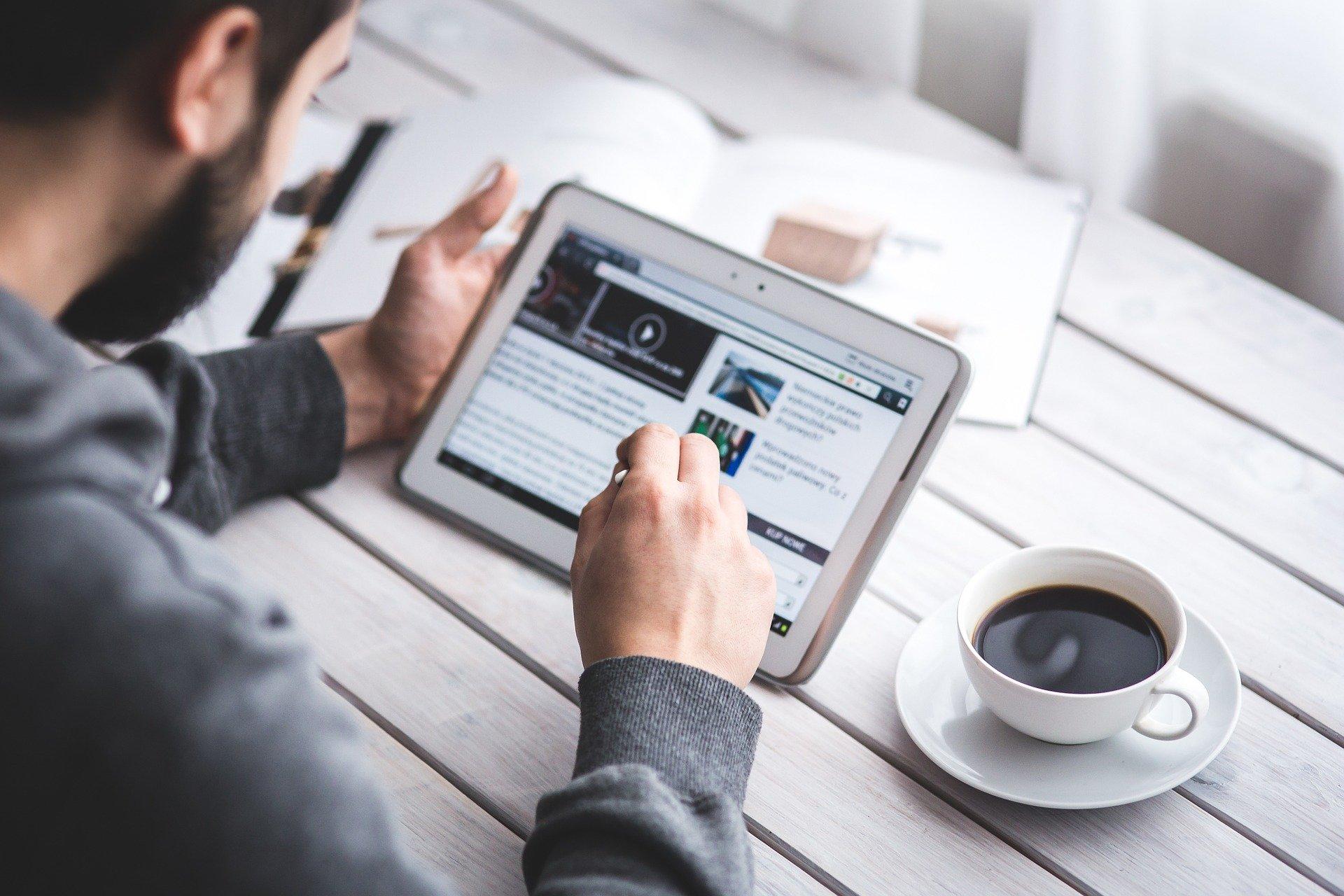 homme lisant un blog depuis une tablette