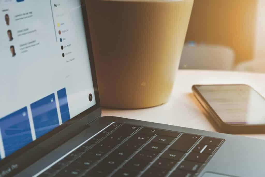 ordinateur ouvert sur une application web